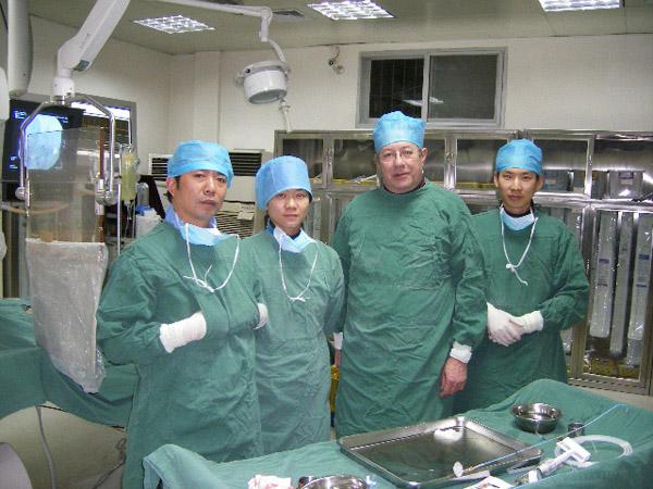 外国教授在中心导管室参加脑血管病介入手术